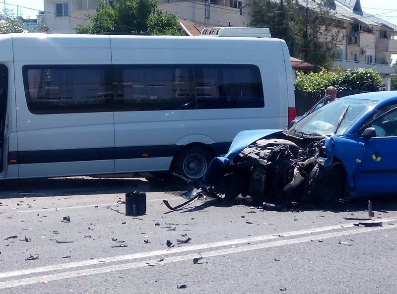 Microbuz implicat într-un accident la Dumbrăveşti. Doi pasageri răniţi