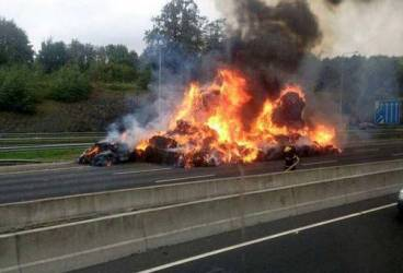 Două maşini au luat foc după un accident produs pe DN1B