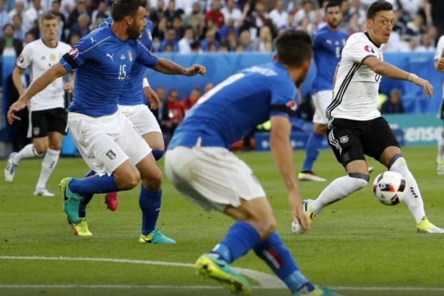 """Nebunie la executarea loviturilor de departajare, în """"sfertul"""" Germania-Italia! Neuer a salvat-o pe campioana mondială"""