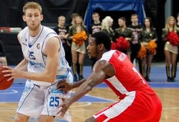 Un bielorus școlit în NCAA, al patrulea baschetbalist străin achiziționat de CSM Ploiești