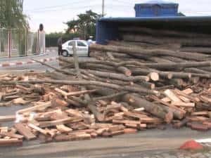 Un camion cu lemne s-a răsturnat pe DN1, în zona Metro