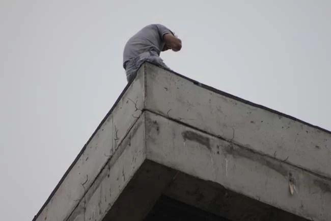 Un bărbat care ameninţa că se aruncă de pe un bloc, a pus pe jar autorităţile din Câmpina
