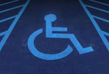 Amenzi pentru cei care parchează la supermarket pe locurile destinate celor cu dizabilităţi