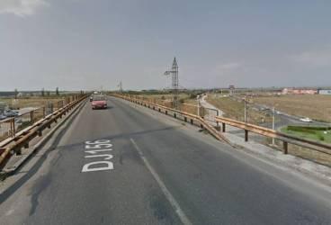 Se asfaltează pasajul peste calea ferată de la ieşire spre DN72