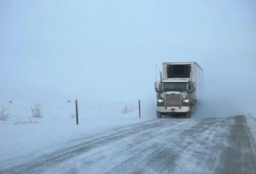 Două tiruri neechipate corespunzător de iarnă au rămas blocate pe DN1A, la Teişani