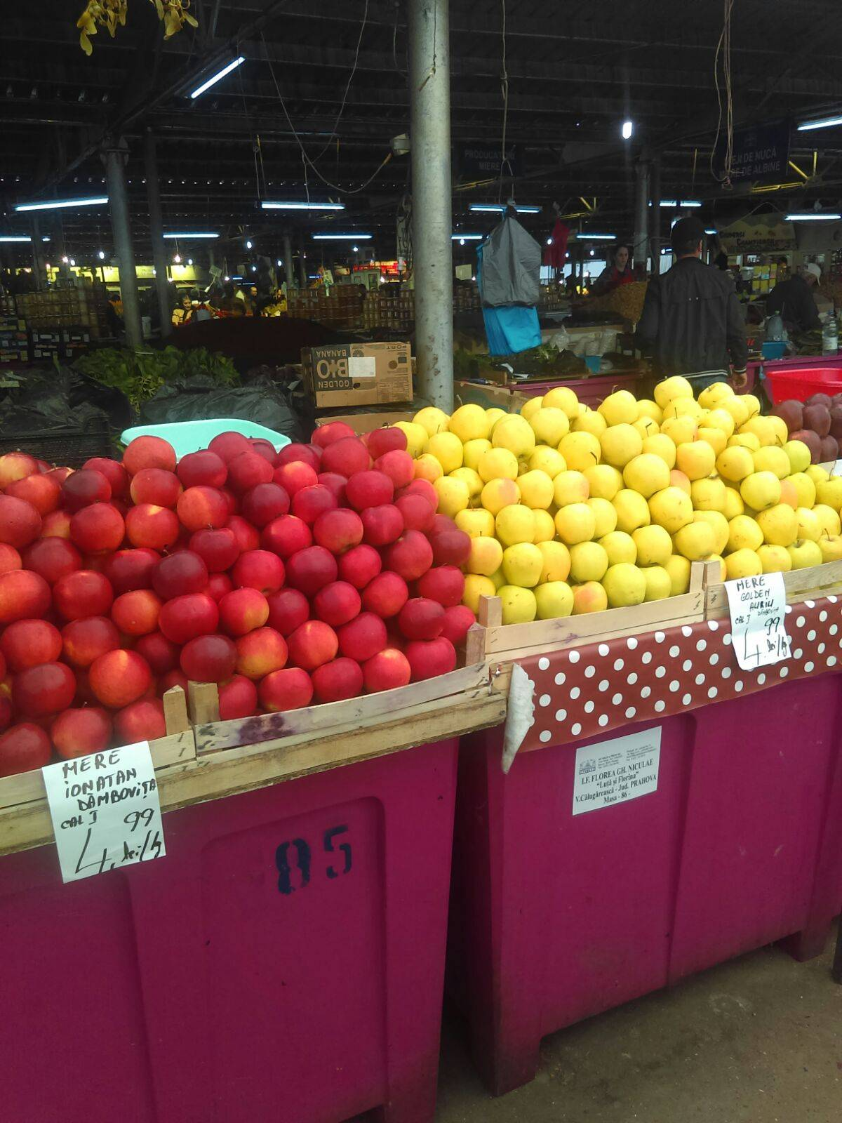 Clienţi înşelaţi în Piaţa Centrală. Produse din import vândute ca legume şi fructe româneşti