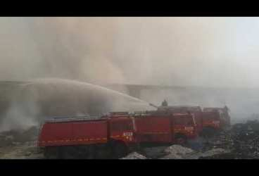 Update (imagini). Au ars 5000 de tone de mase plastice şi alte deşeuri la depozitul de deşeuri din Cartierul Mimiu