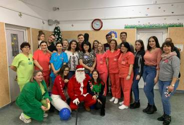 Elevii de la Colegiul Economic au mers cu colinde, cadouri şi… moş Crăciun la copiii internaţi la Spitalul de Pediatrie