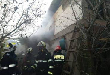 Pompierii au salvat 8 suflete într-un incendiu din Ploieşti