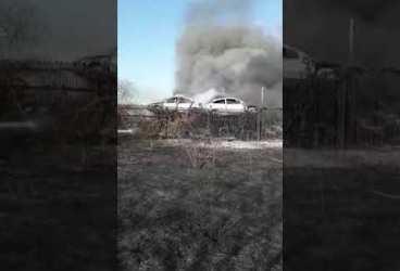 Incendiu de vegetație s-a întins la un parc de dezmembrări din apropierea unui mall din Ploiești