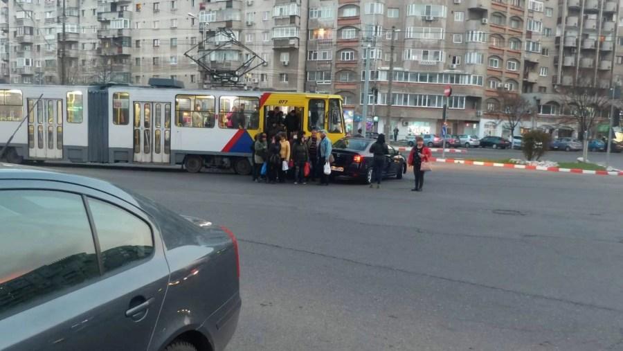Tramvaiul a lovit mașina, la giratoriul de la Caraiman