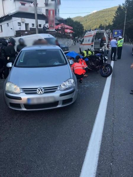 Tânără motociclistă, lovită cu maşina la Buşteni