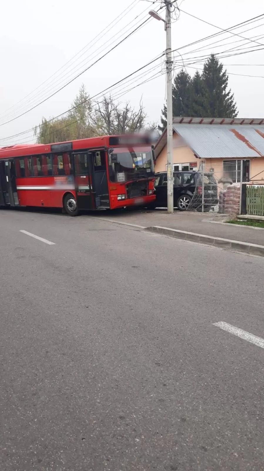 Mamă şi copil, accidentaţi pe trotuar de un autobuz scăpat de sub control