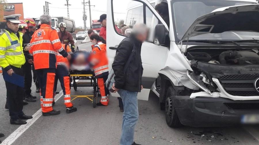 Un microbuz şi un taxi, implicate într-un accident grav