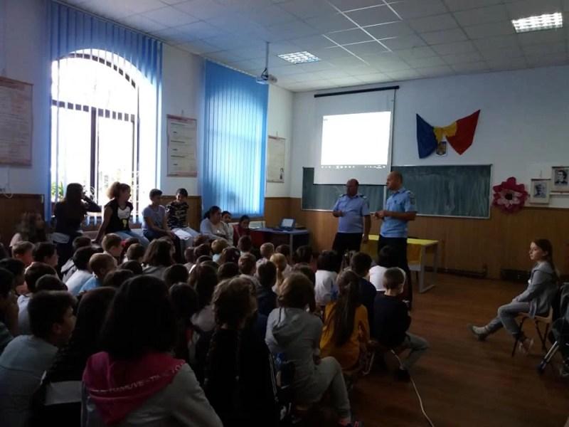 Elevii din Găgeni (comuna Păuleşti), acţiuni extraşcolare pro cultură şi contra violenţă