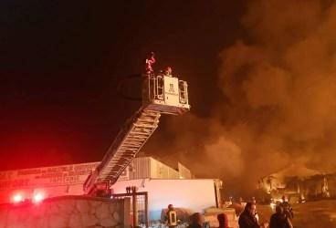 Incendiul de la Saltconfort a fost stins abia azi dimineaţă, după 12 ore