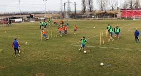 Deoarece, în 30 de ani, nu și-a putut construi o bază de antrenament, echipa fanion a Ploieștiului și a Prahovei, FC Petrolul, se plimbă cu… cortul pentru a se pregăti în condiții ceva mai bune. Joi a venit rândul Blejoiului!