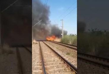 Un incendiu a blocat, astăzi, traficul feroviar pe ruta Ploieşti-Buzău