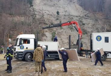 Guvernul a trimis 20 de containere – locuinţe pentru sinistraţii din Azuga (galerie foto)