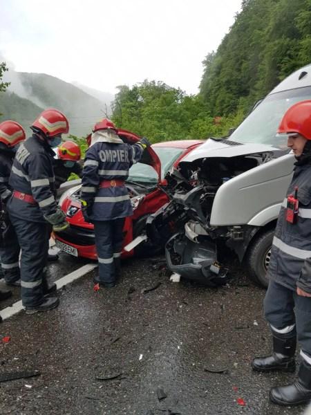 Accident rutier cu şofer încarcerat, la Posada