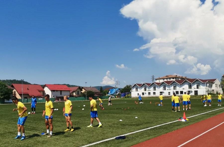"""Până vor zbura spre Arad, fotbaliștii de la Petrolul se antrenează pe iarbă artificială. Căci așa își așteaptă oaspeții """"Bătrâna Doamnă""""! În deplasare, cei de la UTA sunt primiți, ca """"boierii"""", cu gazon natural!"""
