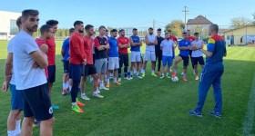 """Doi tehnicieni de fotbal prahoveni, cu drag de Petrolul, au traversat țara pe diagonală, pentru a antrena în Maramureș! Unul va debuta în fața unei foste echipe, iar altul va conduce școala """"Eroului de la Guadalajara"""", cel cu… statuie!"""