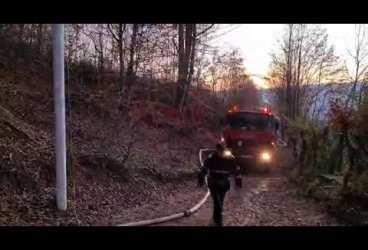 Imagini de la incendiul din această seară, de la Vâlcănești