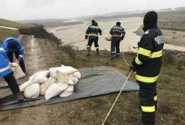 Malul râului Teleajen a cedat, în vecinătatea Ploieștiului, după ploile îndelungate