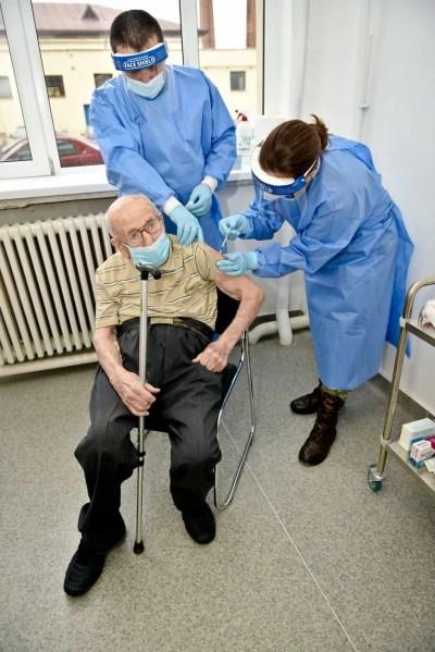 Românii se vaccinează de la 15 la 102 ani