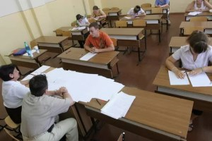 Ludovic Orban anunță că elevii ar putea da Bacalaureatul și Evaluarea Națională DESPĂRȚIȚI prin plexiglas