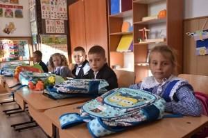 """TMK-Artrom a făcut sute de copii fericiți în cadrul proiectului """"O mânuță și-un ghiozdan"""""""