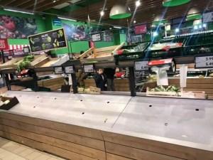 Românii au luat-o razna: Au golit toate rafturile în aproape toate magazinele