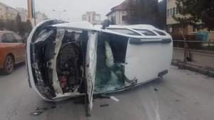 Grav accident într-o intersecție: o mașină s-a răsturnat în șanț