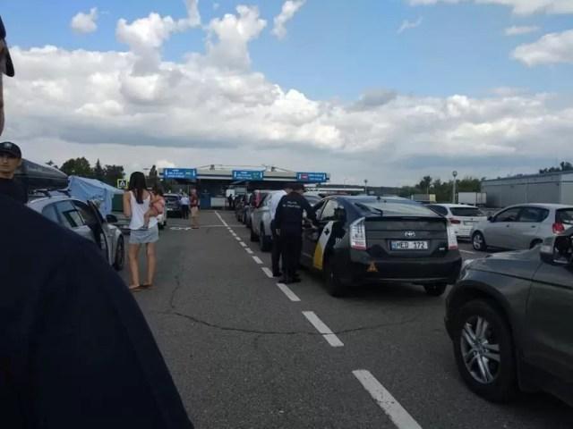 Cozi-vama Românii fac cozi kilometrice la Vama Nădlac II, să intre în țară. 50 de minute de așteptare