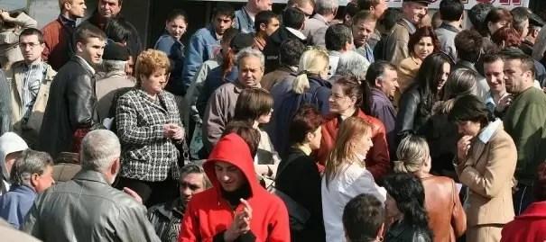 Oameni-multi-COVID-19 Interzise manifestările publice sau private, în spații deschise sau închise, cu un număr de participanți mai mare de 1.000 de persoane