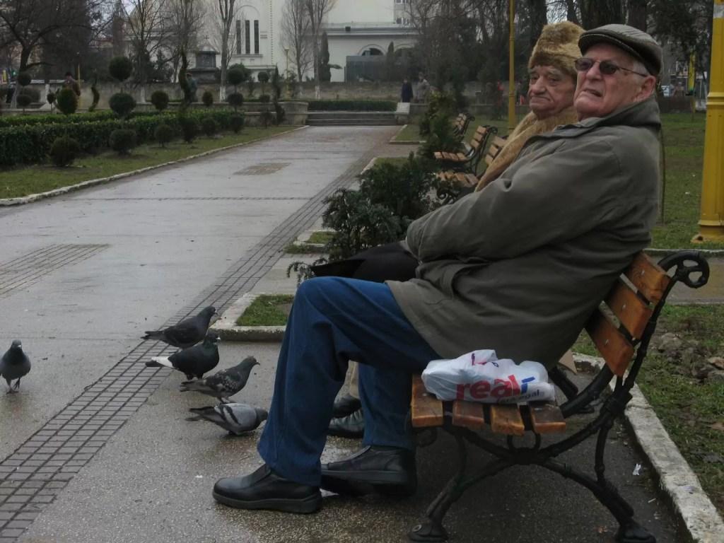 batrani-in-parc-pensionari-pe-banca