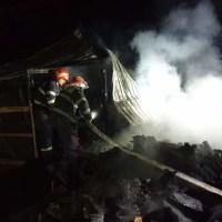 O femeie și doi copii au ARS de VII după ce apartamentul le-a luat foc