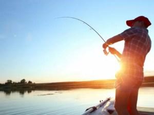 Reguli noi pentru pescari. Trebuie să stea la 10 m distanță, nu au voie să socializeze, să consume alcool și să facă grătar