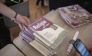 Profesorii de religie cumpără tablete pentru elevii defavorizați