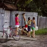 Un băiat de 13 ani a fost bătut și umilit de mai multe fete