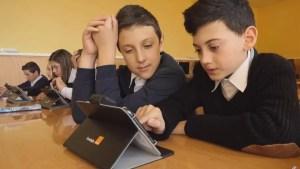 Elevii din Studina vor primi tablete