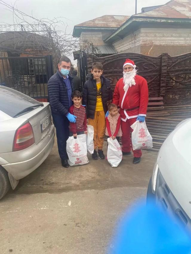 Giuvarasti-cadouri-copii Zeci de copii din Giuvărăști au primit daruri de la Moș Crăciun