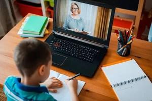 147 de elevi și dascăli vor rămâne în sistem online