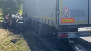 Accident grav: Trei persoane au murit, printre care și un copil de 6 ani, după ce o mașină a intrat într-un camion