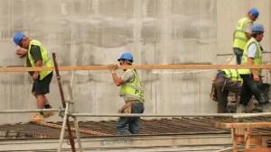 Angajații din construcții, fără scutiri de taxe. PNRR prevede că până în 2025 vor fi eliminate facilitățile fiscale excesive