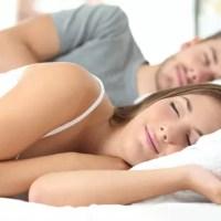 Cum să dormi bine, deși este caniculă. Sfaturi care îți pot face somnul confortabil