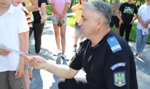 Jandarmii și copiii la joacă în parc
