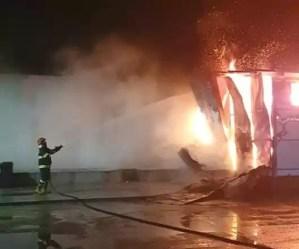Mai bine de trei ore, pompierii din Caracal s-au luptat cu flăcările care au cuprins o hală de producție a produselor din carne