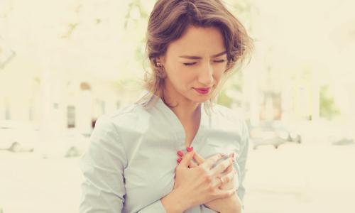 Këto janë simptomat që paralajmërojnë për atak kardiak te femrat