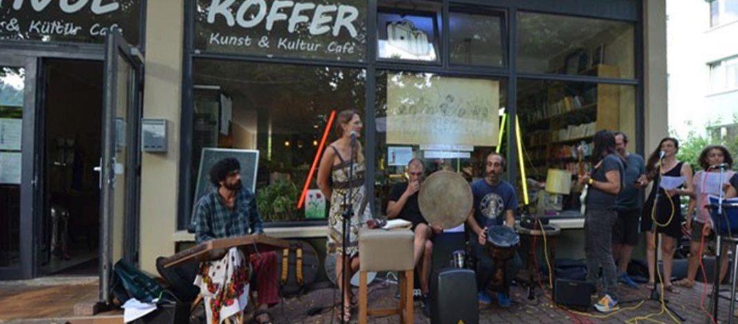 Müzisyenler Berlin'de Gezi direnişçileri için söyledi